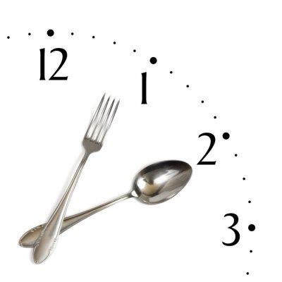 Zegar z łyżką i widelcem, na białym tle