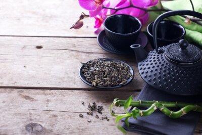 Obraz Zielona herbata w misce i tradycyjne azjatyckie zestaw herbaty na drewnianym wieku