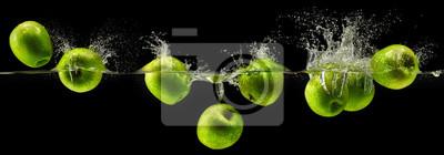 Obraz Zielone jabłko objętych w wodzie na czarnym tle