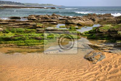 Zielone skały na wybrzeżu Morza w Santander, Hiszpania.
