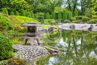 Zielony staw w ogrodzie japońskim