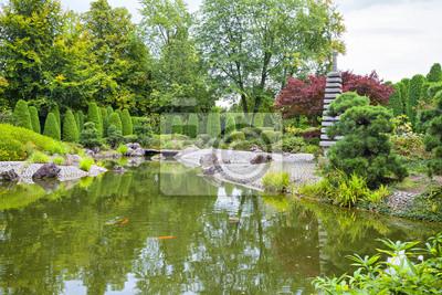 Zielony staw w ogrodzie japońskim w Bonn
