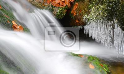 Zima Creek z soplami w Parku Narodowym Szumawa, Czechy.