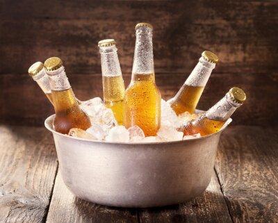 Obraz zimne butelki piwa w wiaderku z lodem