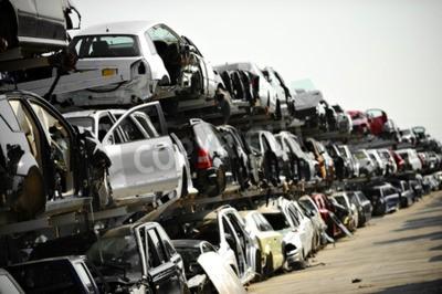 Obraz Zniszczone pojazdy są widoczne na złomowisku samochodów