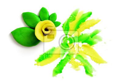 Żółta róża z zielonych liści wykonane z plasteliny na białym tle