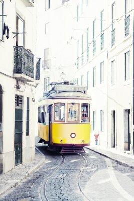 Obraz Żółty starożytny tramwaj na ulicach Lizbony w Portugalii