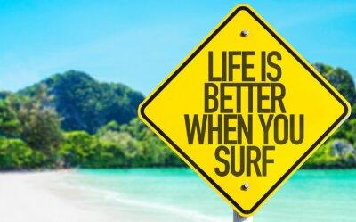 Obraz Życie jest lepsze, gdy surfujesz znak z plaży w tle