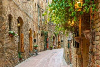 Plakat Aleja w starym mieście San Gimignano Toskanii we Włoszech