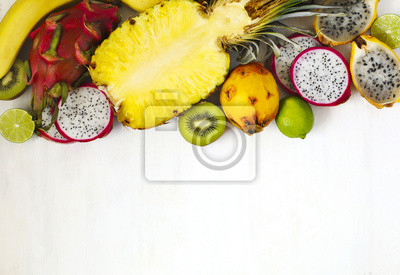 Plakat Asortyment egzotycznych owoców na białym tle z miejsca kopiowania