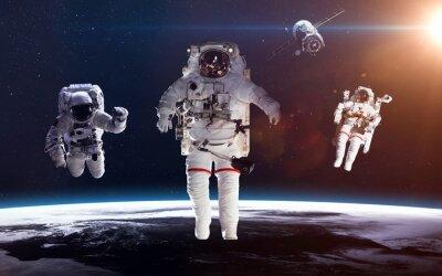Plakat Astronauta w przestrzeni kosmicznej na tle Ziemi. Elementy tego zdjęcia dostarczone przez NASA