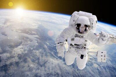 Plakat Astronauta w przestrzeni, w tle nasz ziem słońce - Elementy tego zdjęcia dostarczone przez NASA