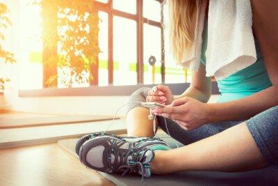 Plakat Atrakcyjne blond kobieta z inteligentnego telefonu, odpoczynku po siłowni treningu