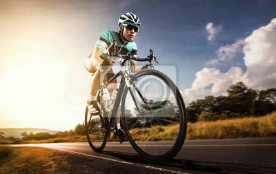 Plakat Azjatyckich mężczyzn na rowerze rower na drogach w godzinach porannych