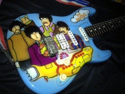 Plakat Beatles Yellow Submarine tematem airbrushed na gitarę Stratocaster