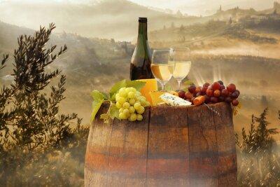 Plakat Białe wino z beczki na winnicy w Chianti, Toskania, Włochy