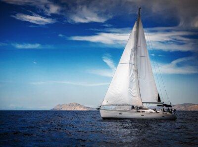 Plakat Białe żagle jachtów na tle morza