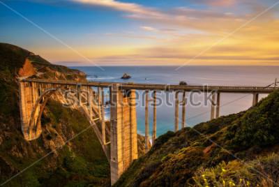 Plakat Bixby most (Skalisty zatoczka most) i wybrzeże pacyfiku autostrada przy zmierzchem blisko Big Sur w Kalifornia, usa. Długa ekspozycja.
