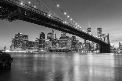 Plakat Brooklyn Bridge o zmierzchu widziana z Brooklyn Bridge Park w Nowym Jorku.
