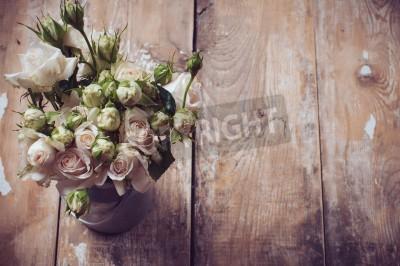 Plakat Bukiet róż w metalowych puli na drewnianym tle, styl vintage