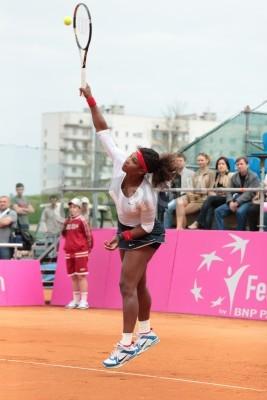 Plakat Charków, Ukraina - 22 kwietnia 2012: Serena Williams służyć kulka podczas Fed Cup remisu pomiędzy USA i Ukrainy w Superior Golf and Spa Resort, Charkowie na Ukrainie na 22 kwietnia 2012