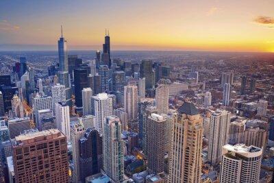 Plakat Chicago. Widok z lotu ptaka centrum Chicago o zmierzchu z wysokim powyżej.