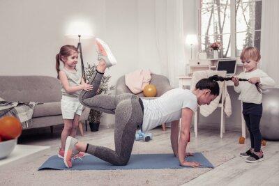 Plakat Children disturbing their mother doing morning exercises