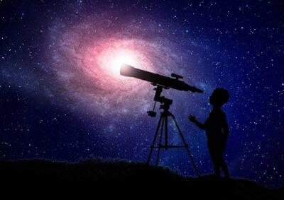 Plakat Chłopiec patrząc przez teleskop