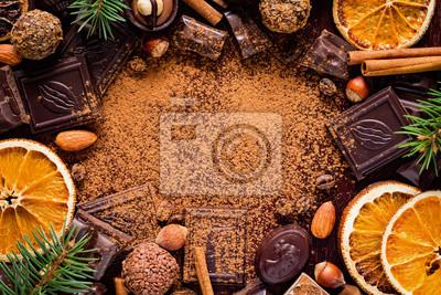Plakat Christmas tła z słodyczy: czekoladki, trufle, cukierki, czekolady szczeka, przypraw i orzechów z pustym miejscem na tekst. Poziomy