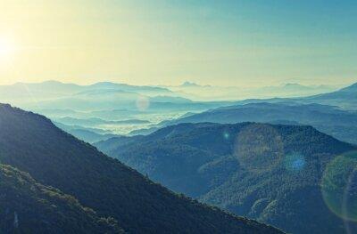 Plakat cross-przetworzonych widok wschodu słońca nad gór