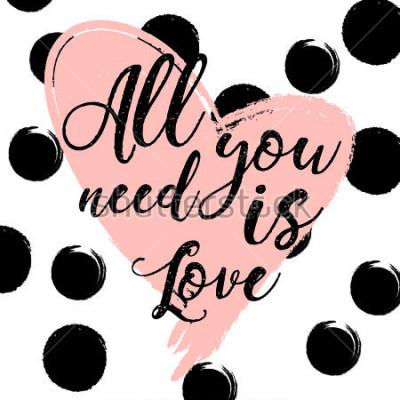 Plakat czarno-białe paski tle ze złotym akwarele serca. Ręcznie rysowane napis - wszystko, czego potrzebujesz, to miłość. projekt karty z pozdrowieniami świątecznymi i zaproszenie na ślub, Happy Valentine