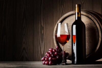 Plakat Czarny butelki i kieliszek czerwonego wina z winogron i beczki