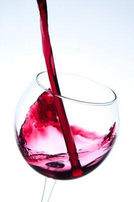 Plakat Czerwone wino wlewając do kieliszka