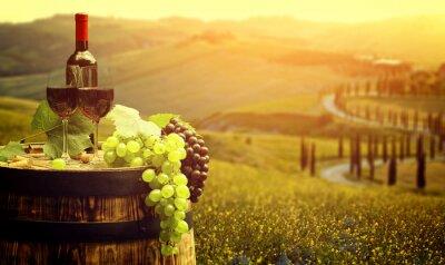Plakat Czerwone wino z beczki na winnicy w zielonej Toskanii we Włoszech