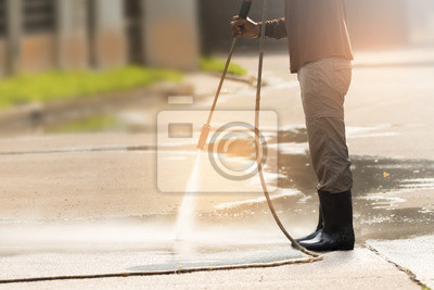 Plakat Czyszczenie pod wysokim ciśnieniem. Podkład do czyszczenia z myjką wysokociśnieniową benzynową, profesjonalne usługi czyszczenia.