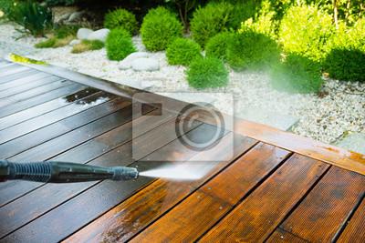 Plakat czyszczenie taras z podkładką mocy - wysoka woda myjka na drewnianej powierzchni tarasu