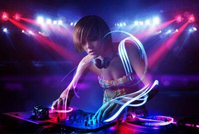 Plakat Disc jockey dziewczyna gra muzykę z efektami świetlnymi belki na scenie