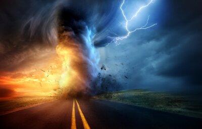 Plakat Dramatyczna burza o zachodzie słońca produkująca potężne tornado skręcające przez wieś z blasku pioruna. Ilustracja krajobraz mieszanych mediów.