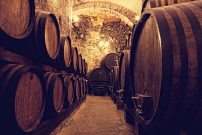 Plakat Drewniane beczki z winem w skarbcu wina, Włochy