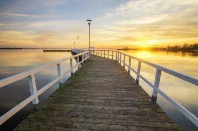 Plakat drewniane, biały molo w zatoce o zachodzie słońca