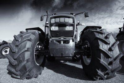 Plakat duże ciągniki rolnicze pod burzliwe niebo