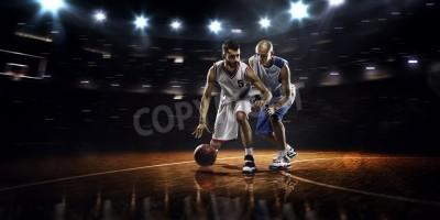 Plakat Dwóch graczy w koszykówkę w działania w siłowni w światłach