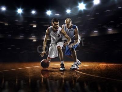 Plakat Dwóch koszykarzy w działania w siłowni w światłach