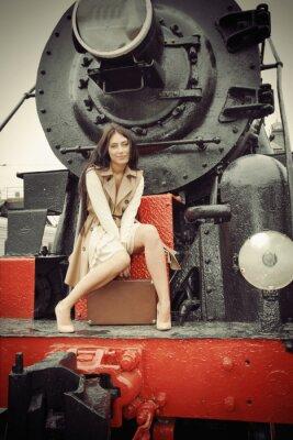 Plakat Dziewczyna siedzi na zabytkowym pociągiem