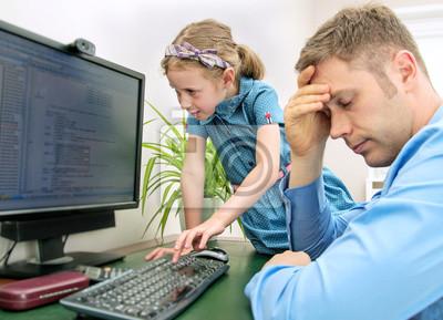 Plakat Dziewczynka zakłócając jej tata, podczas gdy on pracuje w domu.