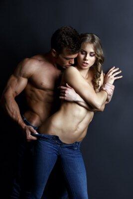 Plakat Erotyka. Namiętny muskularny facet paski sexy girl