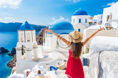 Plakat Europa podróżować szczęśliwą urlopową kobietą. Dziewczyna turysta ma zabawę z otwartymi rękami w wolności w Santorini rejsu wakacje, lato europejski miejsce przeznaczenia. Czerwona sukienka i osoba ka