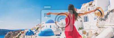 Plakat Europa podróży wakacje zabawa letnia kobieta czuje wolny taniec z bronią otwarte w wolności w Oia, Santorini, Grecja. Beztroska dziewczyna turystycznych panorama banner.