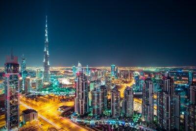 Plakat Fantastic nocy Dubai skyline z oświetlonych wieżowców. Perspektywa Dachu centrum Dubaju, ZEA.