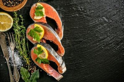 Plakat filety z łososia na czarnym kamieniu